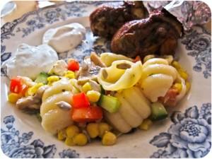Kycklingklubbor och pastasallad