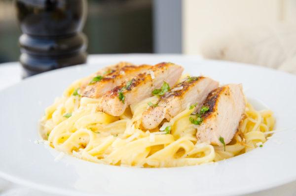 Krämig pasta med ostsås och kyckling