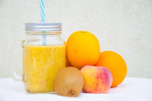 Kiwismoothie med apelsin och persika