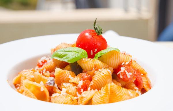 Pasta med aubergine i tomatsås