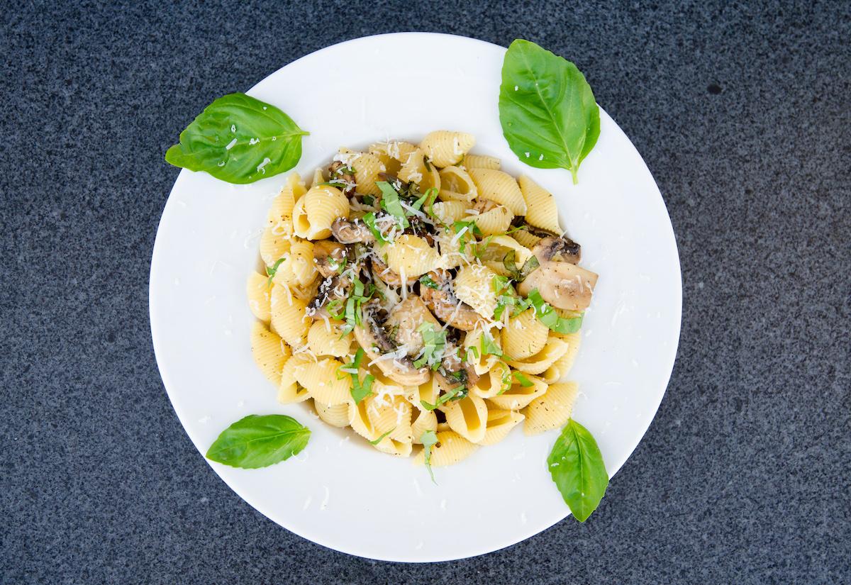 Vegetarisk pasta med basilika och champinjoner