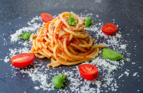Buccatini i tomatsås