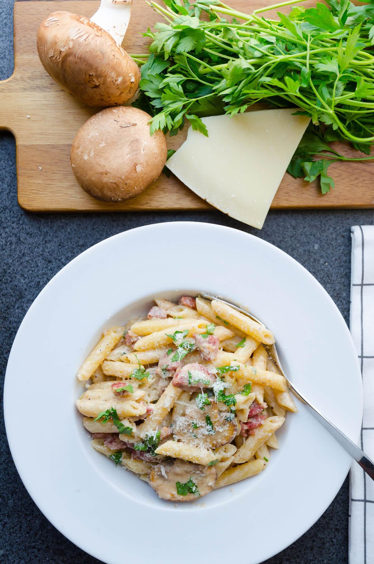 Krämig pasta med korv recept